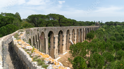 Fotografiet Aqueduct of Tomar near the templar castle. Tomar, Portugal