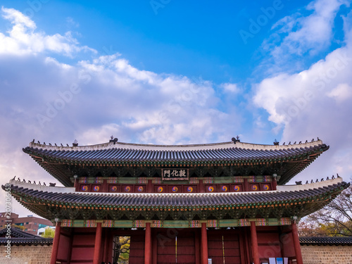 Photo  The main gate at Changdeokgung Palace blue sky is a famous tourist attraction in Seoul, South Korea