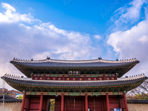 Valokuva  The main gate at Changdeokgung Palace blue sky is a famous tourist attraction in Seoul, South Korea