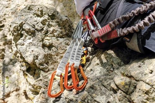 Kletterausrüstung Kaufen : Mann mit kletterausrüstung am fels u2013 kaufen sie dieses foto und