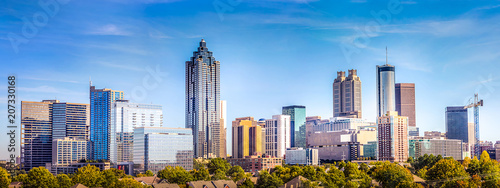 Fototapeta architektura   downtown-atlanta-skyline-showing-several-prominent-buildings-and-hotels-under-a-blue-sky