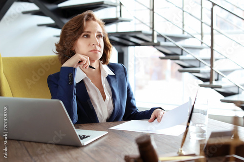 Photo Female lawyer working at table in office