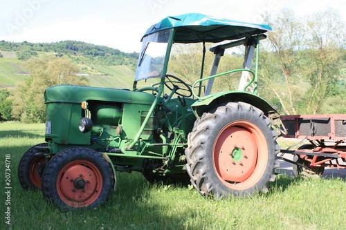 Photo  Alter Traktor mit Anhänger