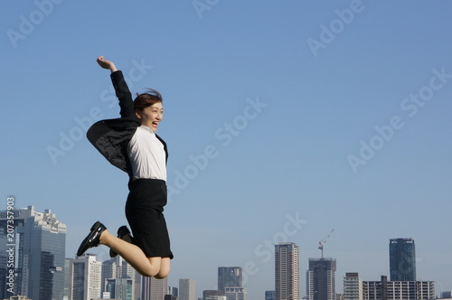 成功してジャンプするビジネスウーマン