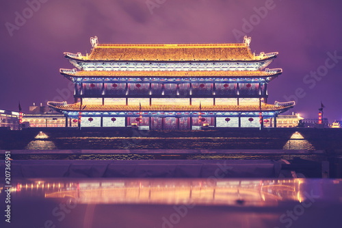 Papiers peints Xian Xian city wall and ancient tower at night, color toned picture, China.