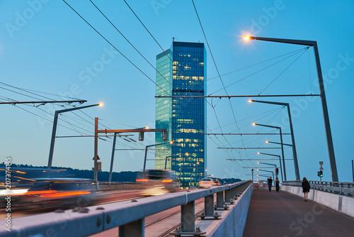 Zürich Hardbrücke, Abendverkehr, verwischte Fahrzeuge, Stromleitungen, Hochhaus Prime Tower, Abenddämmerung, Beleuchtungen