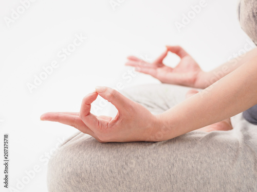 Photo 白い背景で瞑想をする女性の手元