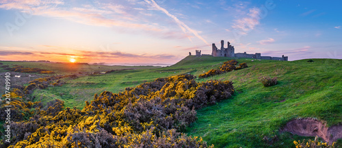 Foto op Plexiglas Historisch geb. Dunstanburgh Castle Panorama at Sunset / Located between Craster and Embleton in Northumberland on the North East Coast