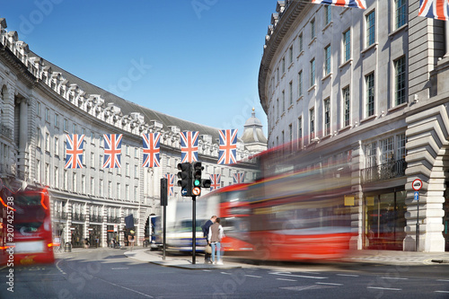 Fotomural London, Regent Street with Jack Union flags and red buses.