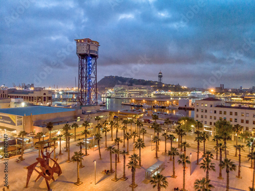 Photo Barcelona port in Barceloneta. Aerial view of oceanfront at night