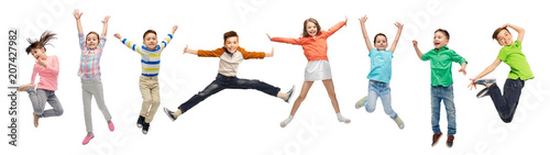 Fotografia  happiness, childhood, freedom, movement and people concept - happy kids jumping