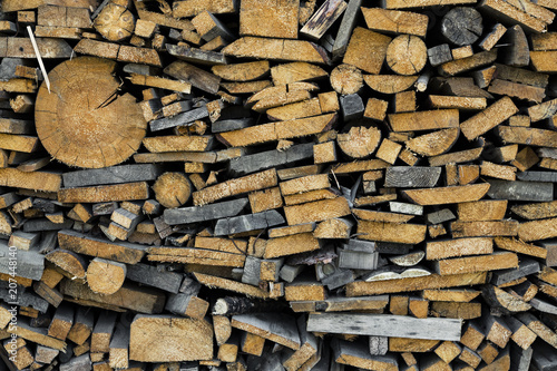 In de dag Brandhout textuur Wood chopped firewood stacked on the stack. Background of firewood stack. Stack of chopped firewood prepared for winter. Pile of chopped fire wood, background.