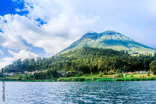 Cuadros en Lienzo  Imbabura inactive stratovolcano under the Lake San Pablo in northern Ecuador