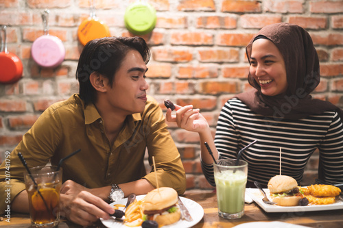 Fotografía  malay couple breaking fast during ramadhan