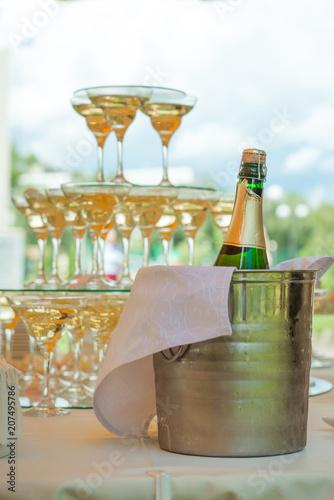 Foto op Plexiglas Buffet, Bar Festive table setting wineglasses with champagne