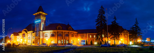 Foto auf AluDibond Bahnhof Uzhgorod, Ukraine - SEP 28, 2008: Panorama of beautiful railway station building at night