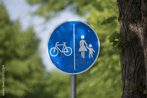 Fotografía  Verkehrsschild getrennter Rad- und Gehweg