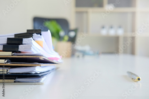 Fotografía  Stack of paper files and pen business equipment on office table.