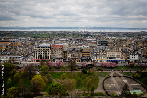 Photo  View of Princes Street from the inside of the Edinburgh Castle, in Scotland, UK