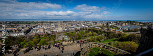 Cuadros en Lienzo Horizontal Panorama of Princes Street from the inside of the Edinburgh Castle, with the castle grounds full of people in the foreground
