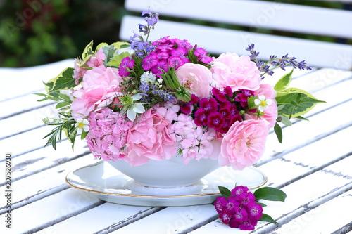 Fotobehang Bloemen Blumenstrauß in Pink in der Sauciere