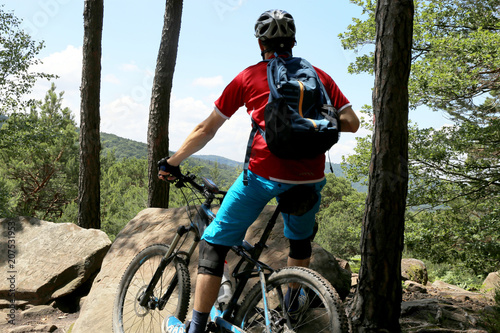 Aluminium Prints Cycling Mountainbiker genießt die Aussicht
