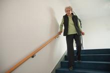 Seniorin Geht Die Treppe Runter