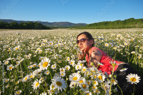 Girl Lie In Daisy Wheel Spring Flower Field Kaufen Sie Dieses Foto