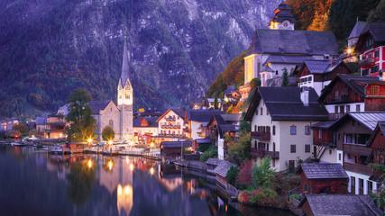Klasyczny widok na pocztówkę słynnego miasta nad jeziorem Hallstatt odzwierciedlającego jezioro Hallstattersee w austriackich Alpach