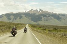 Duas Motocicletas Em Viagem Por Rodovia Com Vista Para Montanhas