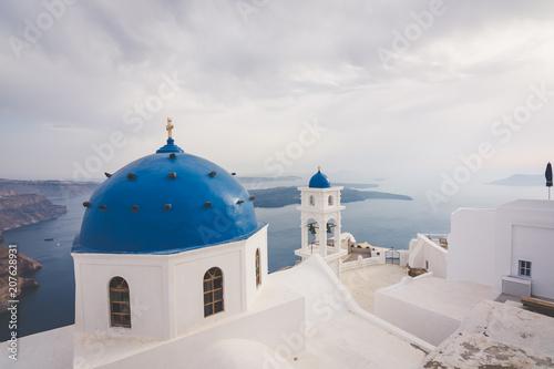 Tuinposter Santorini Impresionante vista de las iglesias con las cupolas azules in Santorini, Grecia