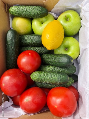 Foto  Seasonal fruits and vegetables in a box
