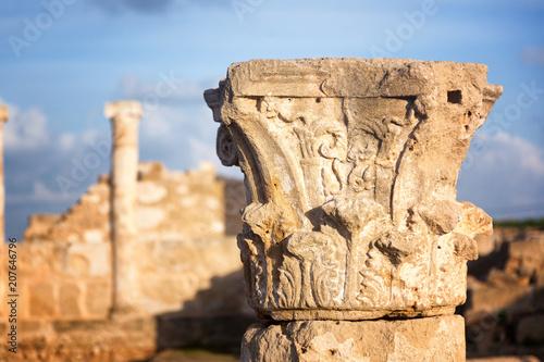 Plakat Szczegół antyczna kolumna era antyczny Grecja w archeologicznym parku na wyspie Cypr