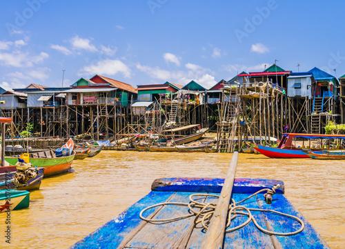 Fototapeta premium Malownicza pływająca wioska Kampong Phluk z wielokolorowymi łodziami i domami na palach, jezioro Tonle Sap, prowincja Siem Reap, Kambodża