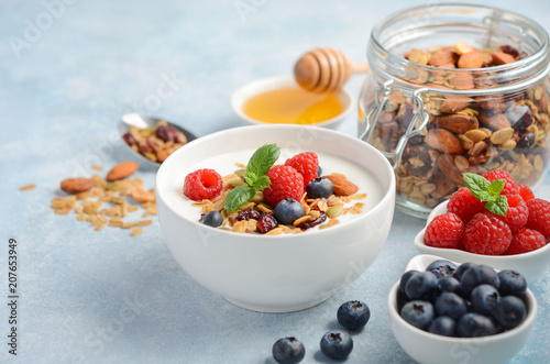 Homemade granola with yogurt and fresh berries, healthy breakfast concept, selective focus Fototapete