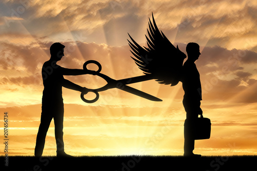 Photo A man with big scissors in his hands intends to cut off the wings of the man in