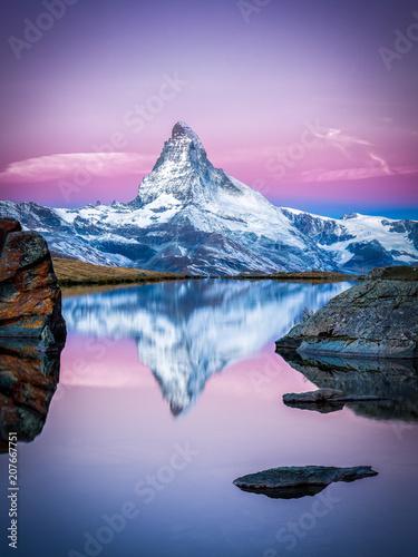 Obraz Matterhorn i Stellisee w pobliżu Zermatt w Szwajcarii - fototapety do salonu
