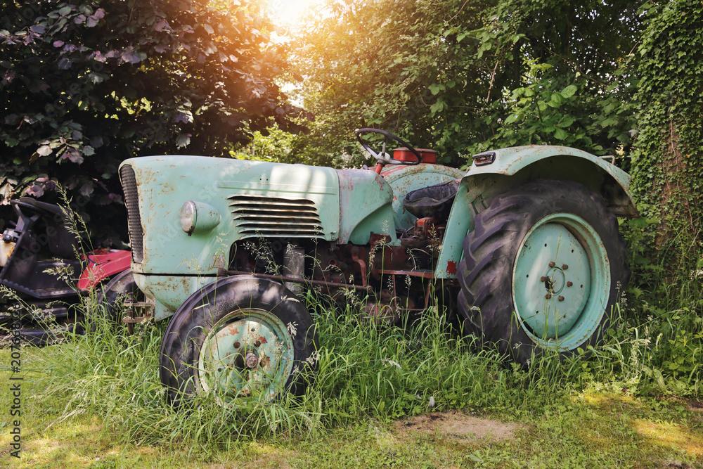 vieux tracteur vintage dans champs
