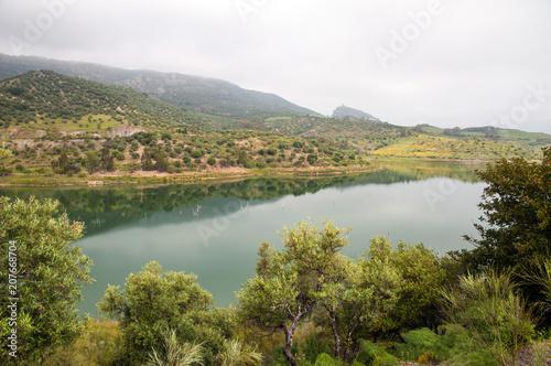 Foto auf Gartenposter Fluss Embalse de Zahara in Andalusien, Stausee nahe Zahara de la Sierra
