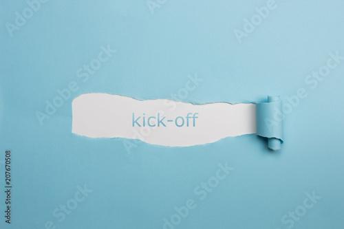Fotografija Schrift kick-off auf gerissenen Papier