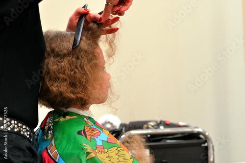 Fotografie, Obraz  Junge lässt sich beim Friseur die langen gelockten Haare schneiden