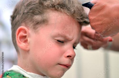 Junge Lasst Sich Beim Friseur Die Langen Gelockten Haare Schneiden