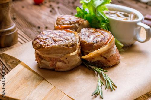Fotografía  Pork medallions with bacon
