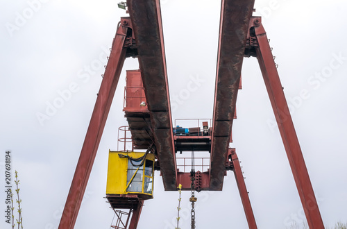Fotografía  powerful large industrial crane and cloudy weather