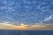 dichte Wolken über dem Meer bei Sonnenuntergang