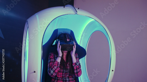 Foto  Young woman putting on virtual reality headset preparing for vr session