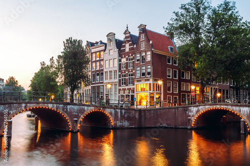 Photo  Evening building on the streets and amsterdam channels with illumination