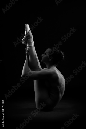 Poster Akt Art nude, perfect naked body, sexy young woman on dark background, black and white studio shot