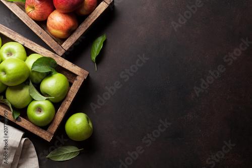 zieleni-i-czerwoni-jablka-w-drewnianym-pudelku