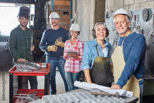 Handwerker und Metallarbeiter als Team
